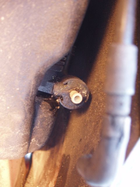 Oprava prasklého těsnění u nádobky ostřikovačů 7